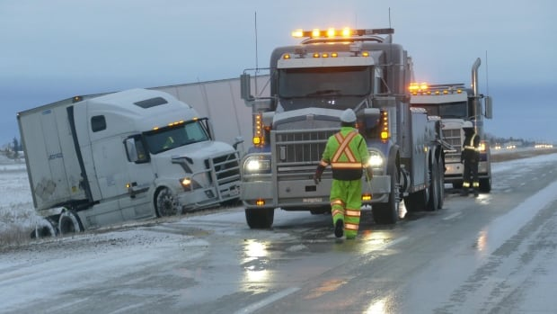Snow won't go: Winter weather system stalls over southeastern Manitoba   CBC News