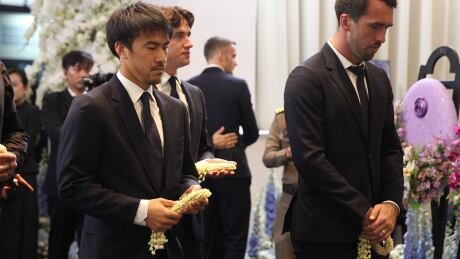 Leicester players remember late owner at Bangkok temple