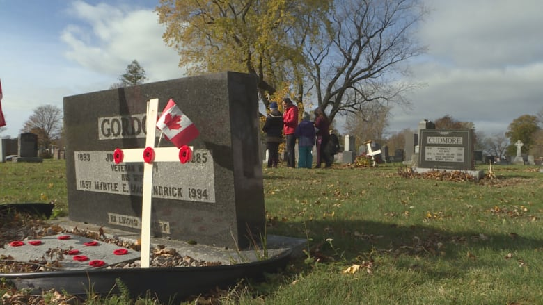 Remembrance Day 2018  - Page 4 2018-no-stone-left-alone-people-s-cemetery-kids-lay-poppies