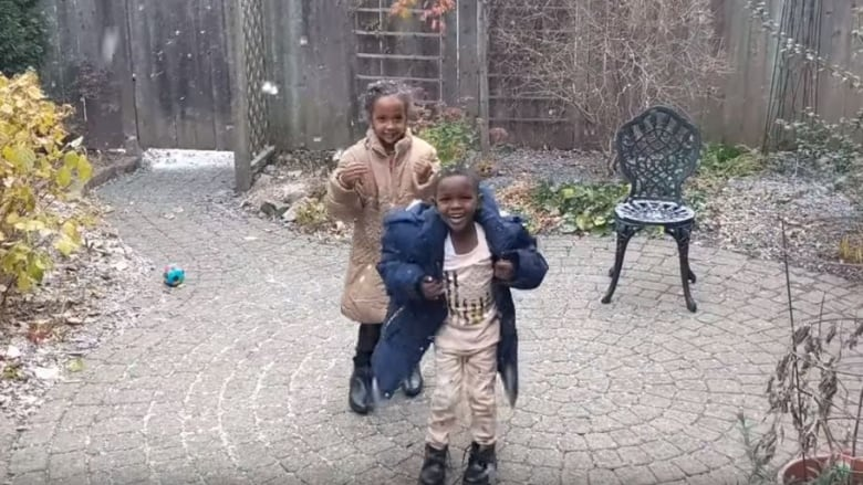 7f5e560cef09 Video captures refugee children enjoying snow for 1st time
