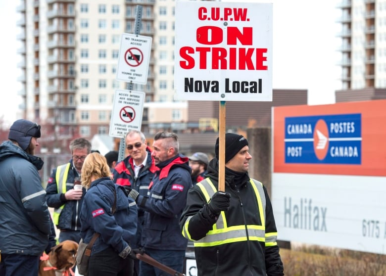 Canada Post pitches 'cooling off period' that would shelve strike until February