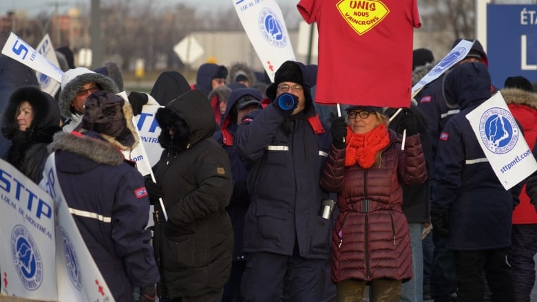 Union says Canada Post must deal with 'injury crisis' to end walkouts