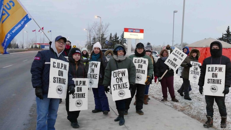 Winnipeg's Canada Post employees back on the picket line