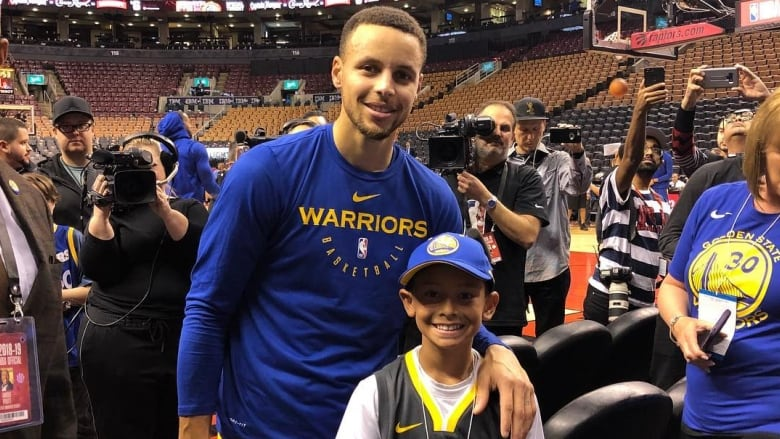 22ce055f92e2 Steph Curry took some time on Thursday night to meet Walker and his family  before the Toronto Raptors defeated the Golden State Warriors 131-128.