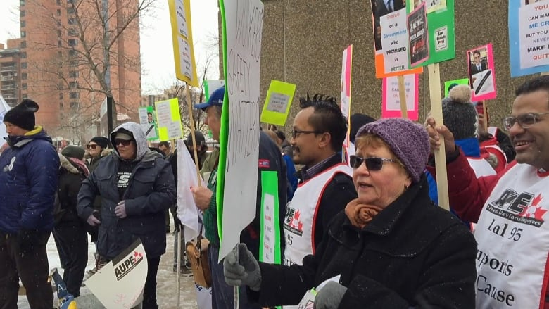 Protesters support Canada Post workers, block mail