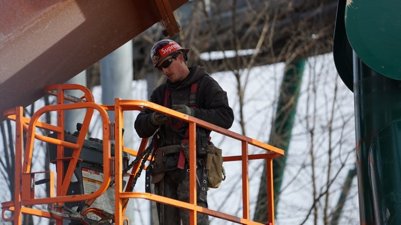 Father and son Mohawk ironworkers help raise record-breaking roller