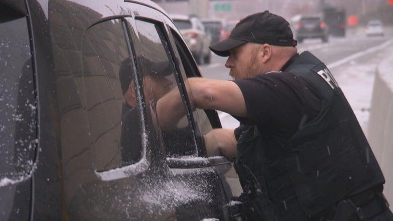 ottawa-police-pull-over-roadside-stop-tr