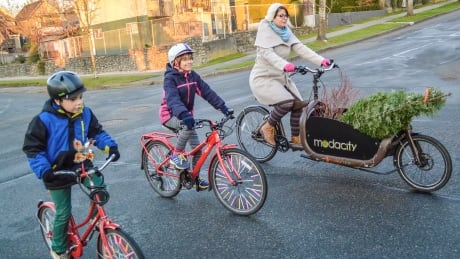 2-wheelin' with a tree: Cyclists put spin on Christmas tradition
