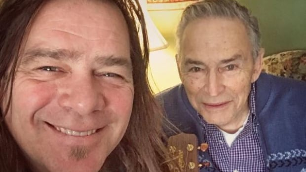 Alan Doyle replaces cherished guitar stolen from elderly veteran