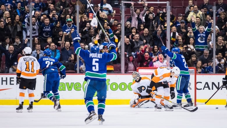 Canucks win over slumping Flyers