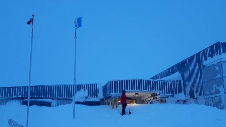 Like Christmas In July Blizzard Delays Cambridge Bay Holiday Concert Cbc News