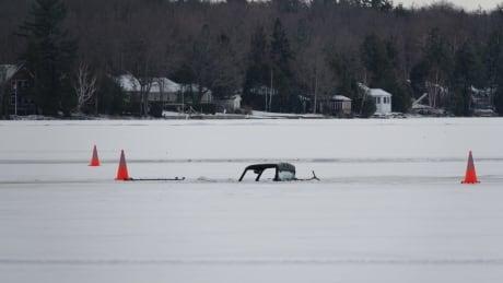 2 vehicles break through ice on Mississippi Lake near Ottawa