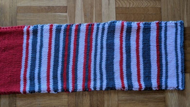 84cca05eaa32b1 This scarf knitted by a German commuter documents the frequency of train  delays she experienced in 2018. (Sara Weber Twitter )