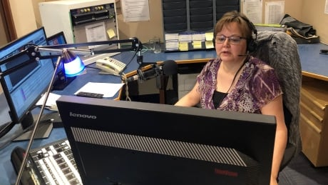 Broadcasting 'from outside': Inuvialuktun language show returns to the air
