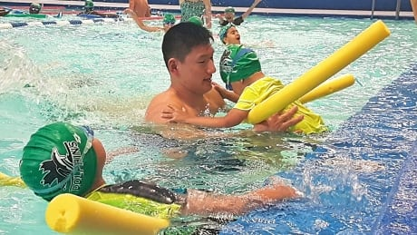 Regina swim club gives free lessons to new Canadians
