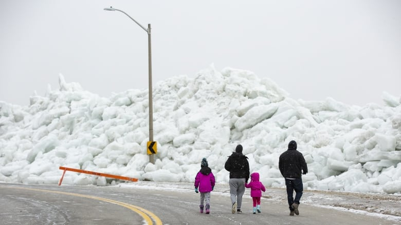 As I Walked Onto Ice I Kept In Mind >> Mountains Of Ice Draw Gawkers To Fort Erie Ont But Photo Seekers