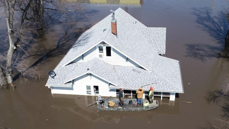 Homes flood as Missouri River overtops, breaches levees | CBC News