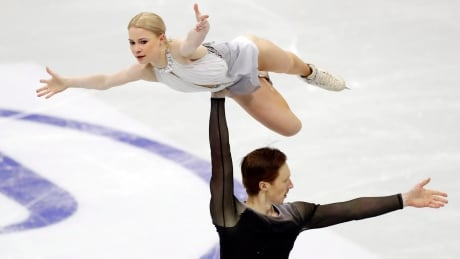 Russian pair Tarasova, Morozov take lead at figure skating worlds