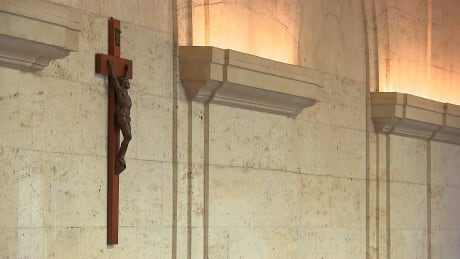 Crucifix in Montreal's city council chambers will be removed, executive committee says