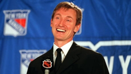Wayne Gretzky announces his retirement in 1999