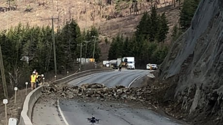 Highway 5 re-opens north of Kamloops, B.C. after small rockslide