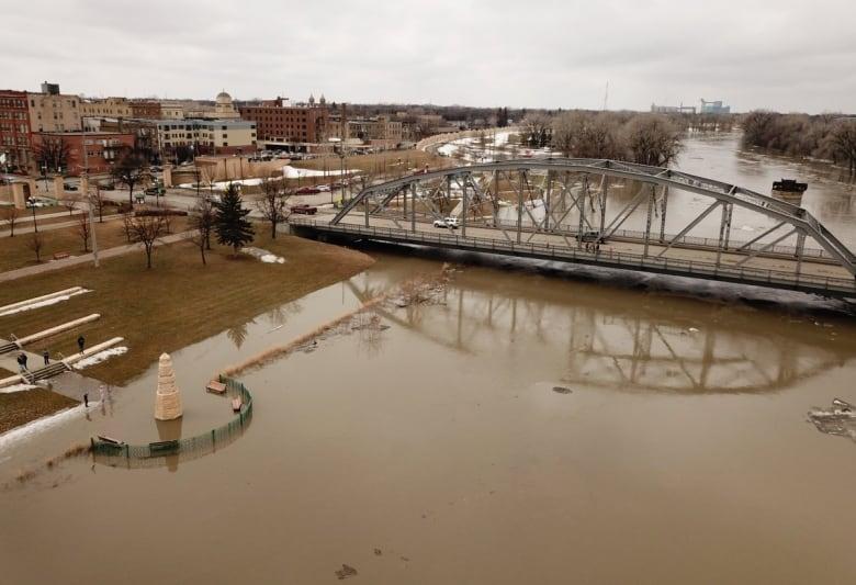 https://i.cbc.ca/1.5089171.1554743679!/fileImage/httpImage/image.jpg_gen/derivatives/original_780/grand-forks-flooding.jpg