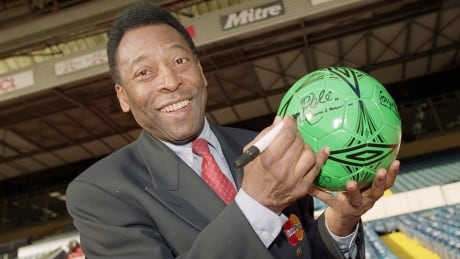 Pele returns to Brazil after being hospitalized in Paris