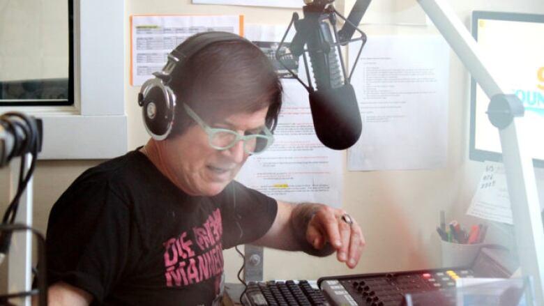 Ontario radio host Bobby Gale killed in Hwy  401 crash   CBC