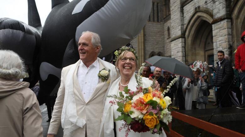 07a5f335849 Elizabeth May s wedding dress was a  walk through a garden  on Earth ...