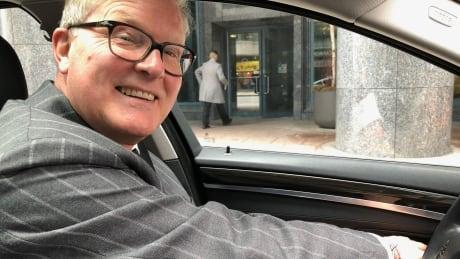 Ambassador demonstrates the 'Dutch reach'