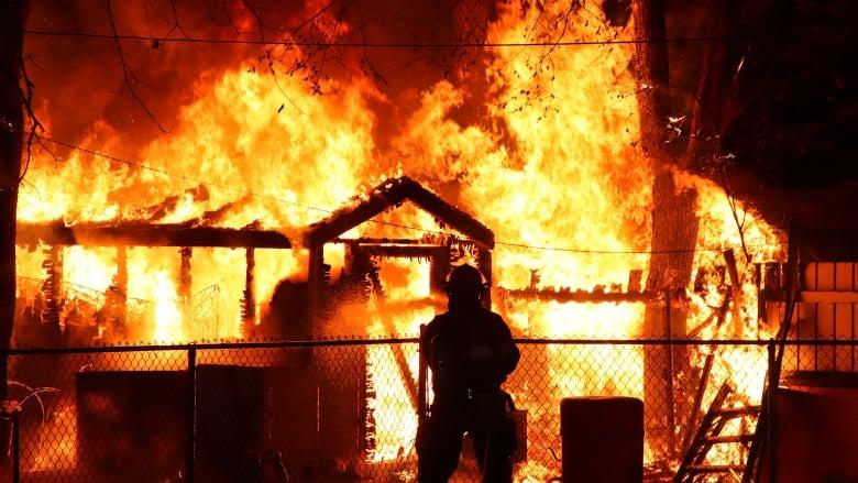https://i.cbc.ca/1.5131119.1557511515!/fileImage/httpImage/image.jpg_gen/derivatives/16x9_780/shed-on-fire-brandon.jpg