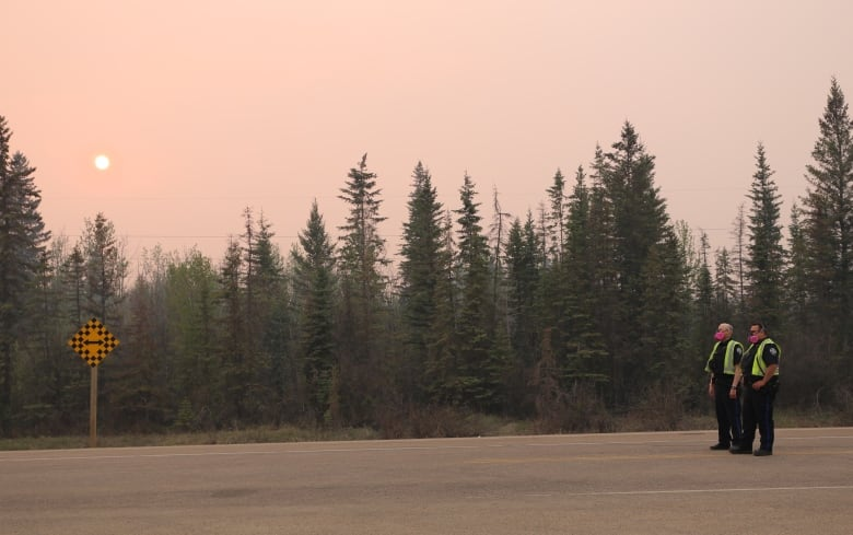 Wind shift increases risk of Alberta wildfire moving toward town
