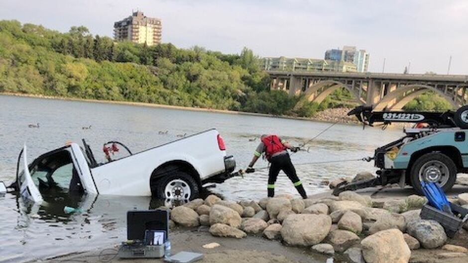 Tow Truck Saskatoon >> Rescue Divers Used After Saskatoon Truck Sinks Into River At