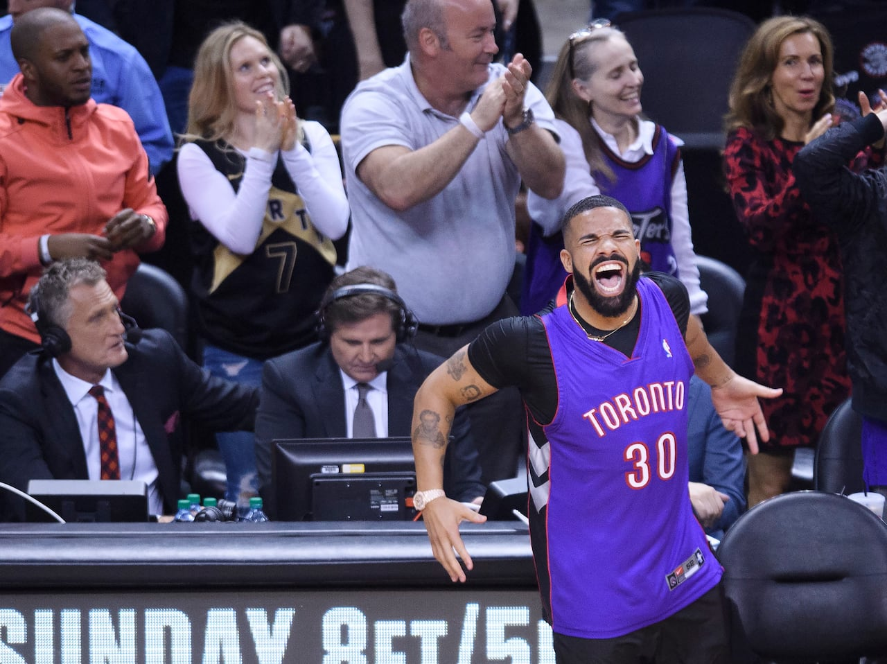finest selection b3bc5 f56b6 Drake spoiled Steph's plan to wear dad Dell Curry's Raptors ...
