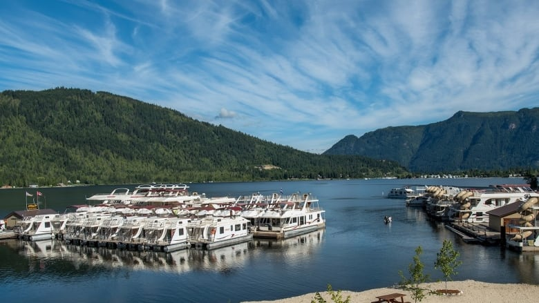 Houseboat company collapses into receivership, leaving customers scrambling to recoup thousands