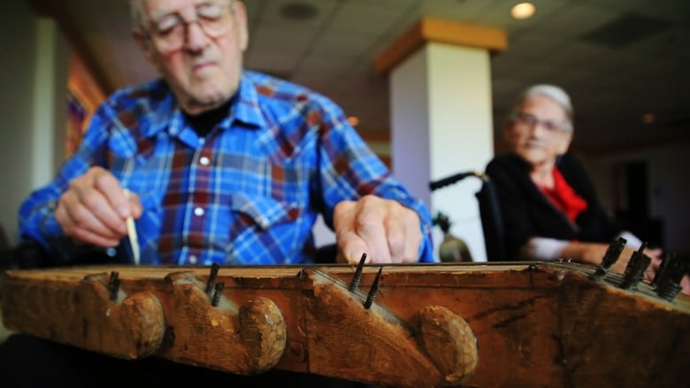 'It keeps his mind going': Sask. man's homemade instrument brings him back from Alzheimer's