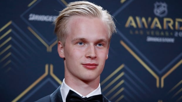 Vancouver's Pettersson takes home Calder Trophy, Calgary's Giordano wins Norris | CBC Sports