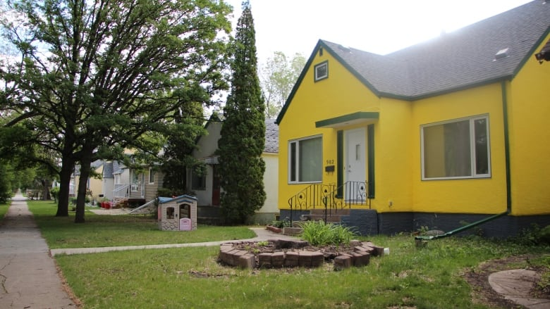 House ends up looking like a big yellow 'warning sign' after paint job gone  wrong | CBC News