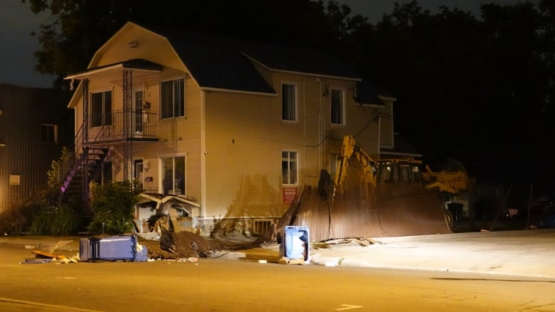 Man steals backhoe, goes on rampage in Quebec town, police
