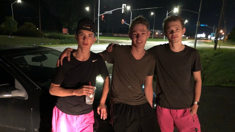 Teens push car 7 km down Ontario highway to help stranger