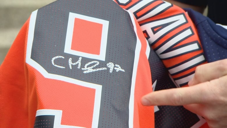 best sneakers ac1f8 3e198 Fraudster dupes Oilers fans with fake autographs on real ...