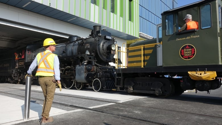 Moving day at museum a rush for train fans | CBC News
