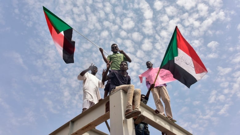 Sudanese protesters ink final transition deal with army
