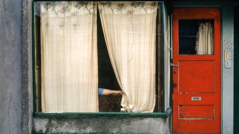 "Фотография ""Шторы"", фотограф Фред Херцог (Fred Herzog, Curtains, 1972)"
