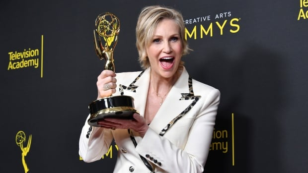 Handmaid's Tale, Mrs. Maisel guest stars capture early Emmys - CBC News