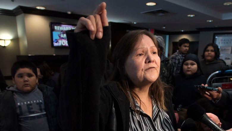 Frustration erupts among snowstorm evacuees as Scheer campaigns in Winnipeg
