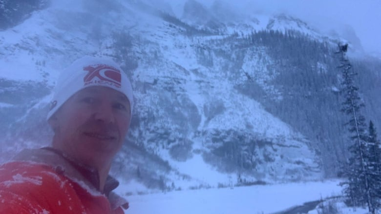 Calgary runner catches avalanche barrelling toward him on video