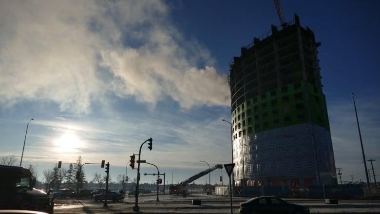 https://i.cbc.ca/1.5405876.1576950261!/fileImage/httpImage/image.jpeg_gen/derivatives/16x9_780/pembina-highway-apartment-building-fire.jpeg