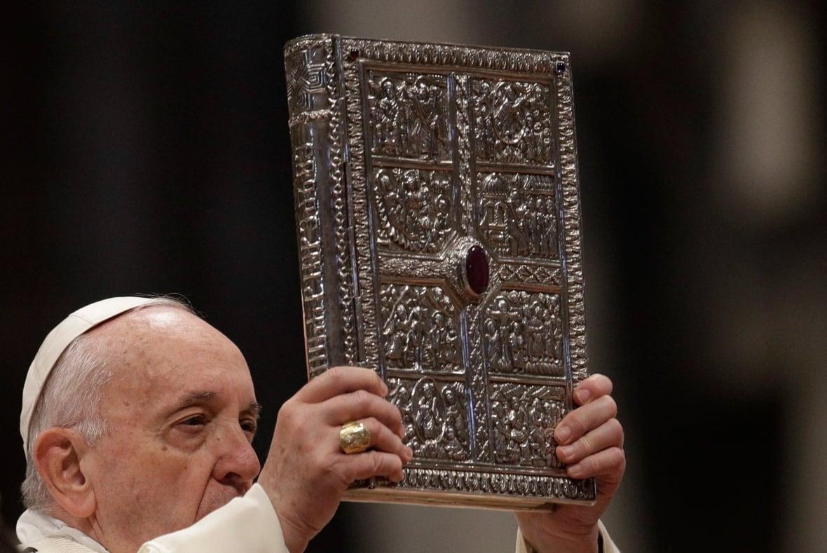 https://i.cbc.ca/1.5412291.1577886485!/cpImage/httpImage/image.jpg_gen/derivatives/original_1180/vatican-pope.jpg