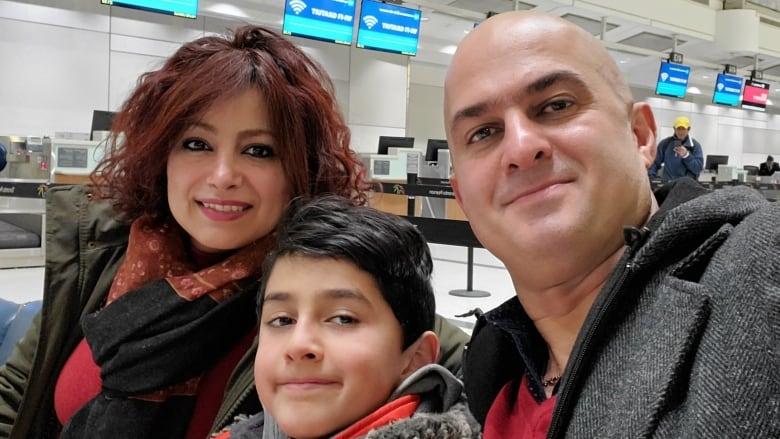 Shahin Moghaddam, benar, berfoto di sini bersama putranya, Rosstin Moghaddam, dan istrinya, Shekiba Feghahati. Moghaddam kehilangan keduanya ketika Penerbangan PS752 ditembak jatuh pada 8 Januari.